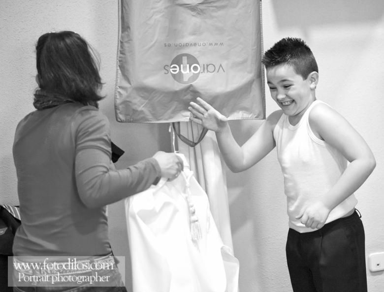 Niño de comunión poniéndose el traje