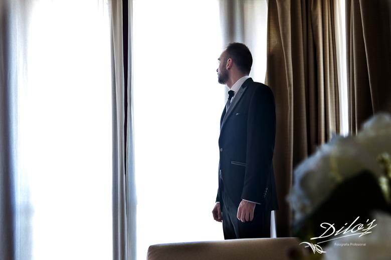 40 Novio mira por la ventana Hotel Cigarral el Bosque