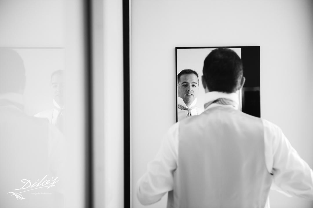 16 Novio se mira al espejo