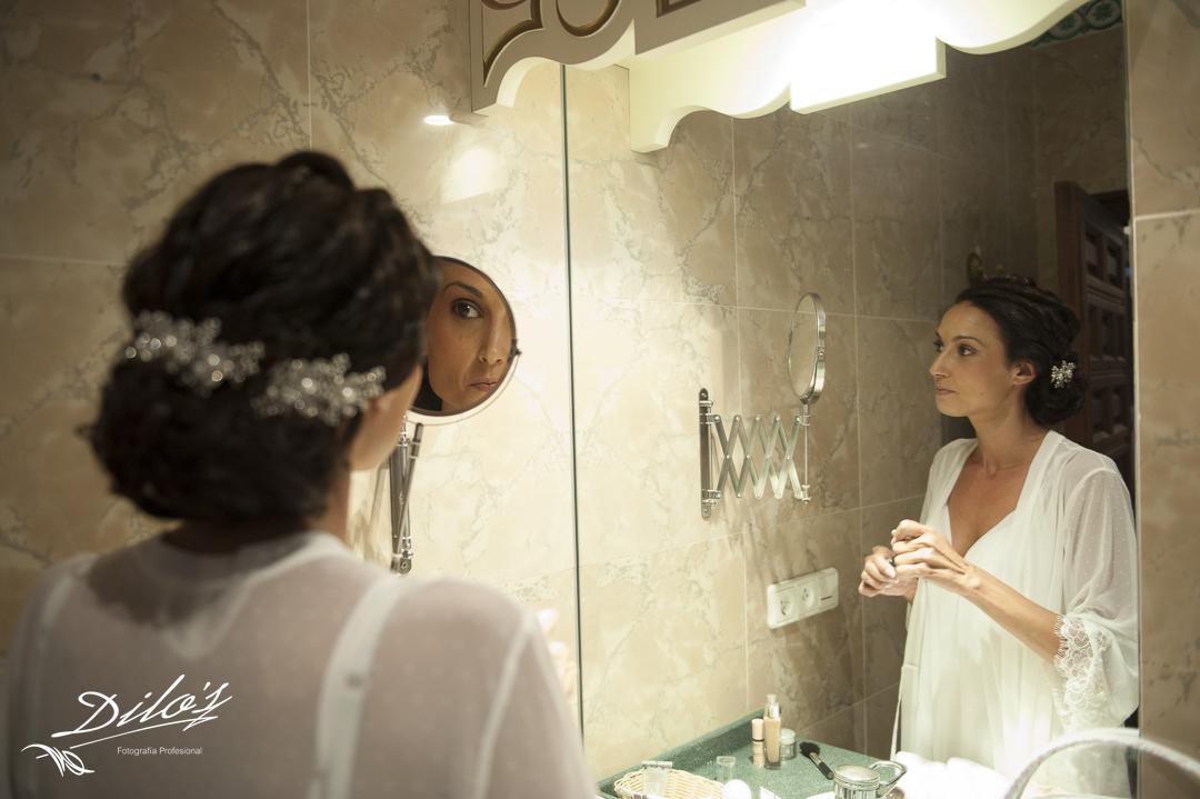 82 Novia se arregla en el espejo